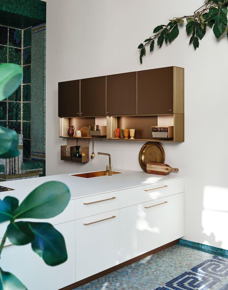 Moderne offene Küche mit viel Stauraum