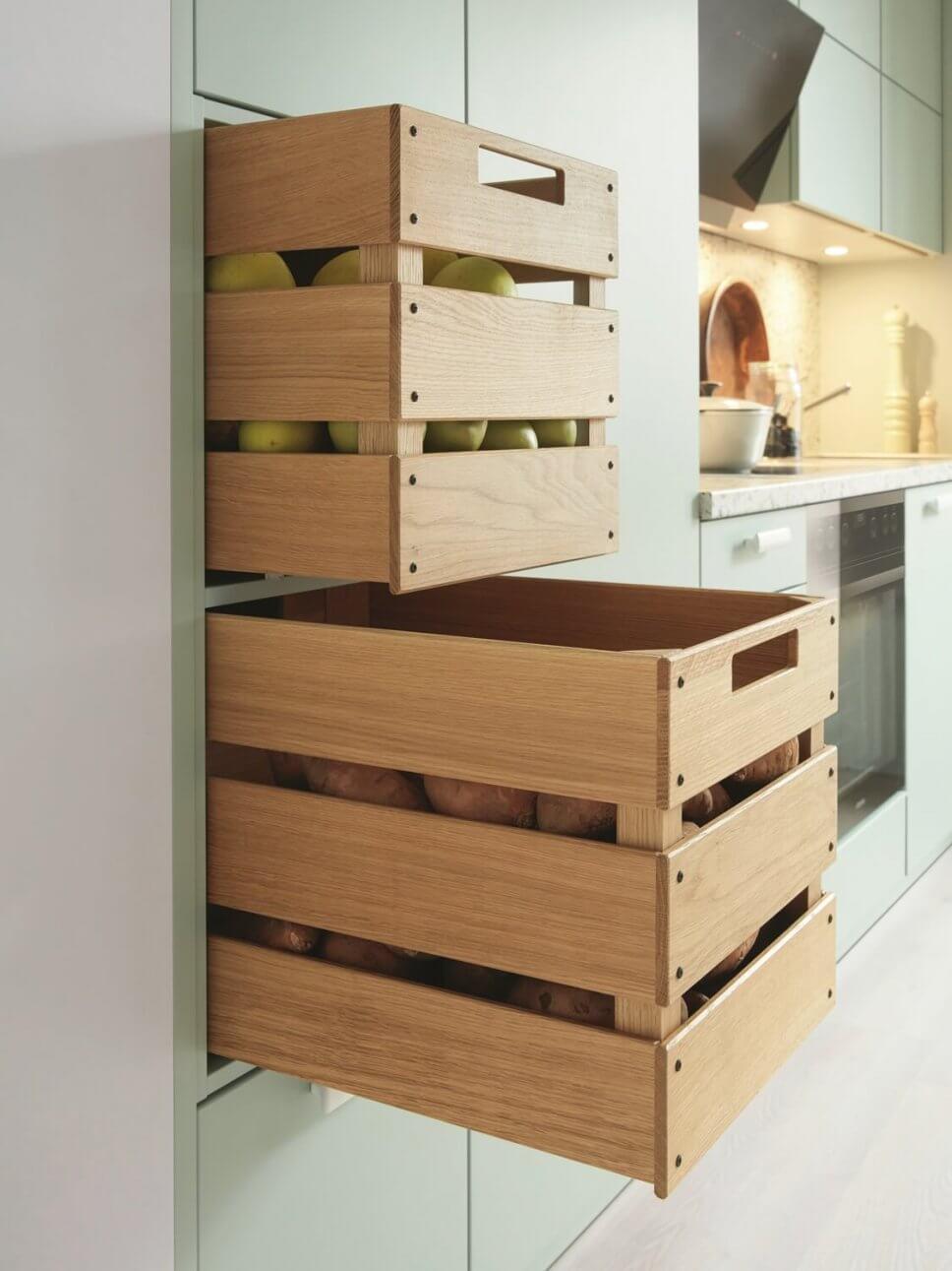 Holzkisten als Schübe in moderner hellgrünen Küche