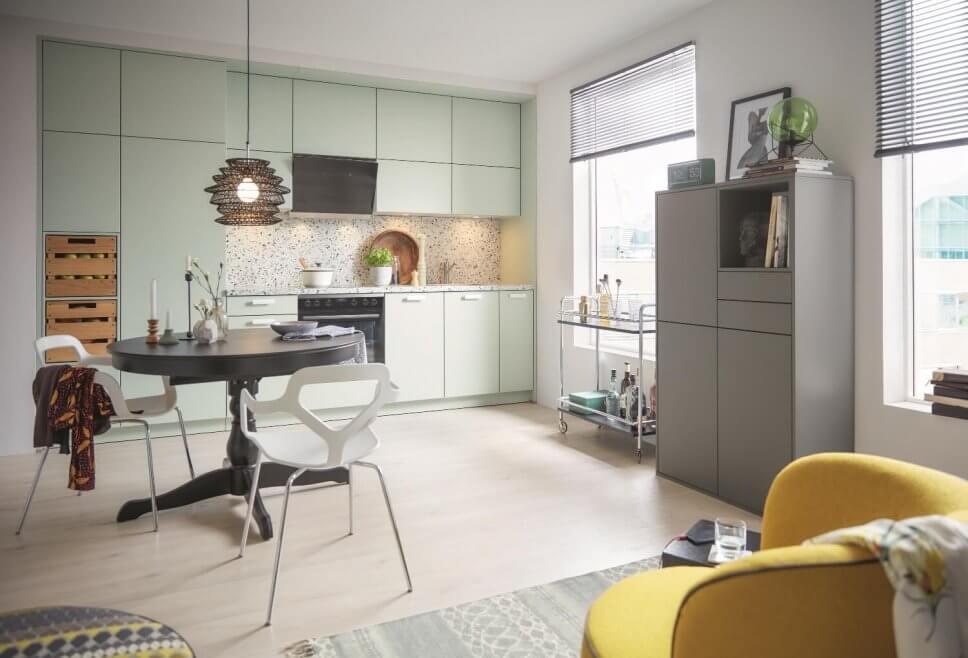 Moderne kleine Küchenzeile mit viel Stauraum