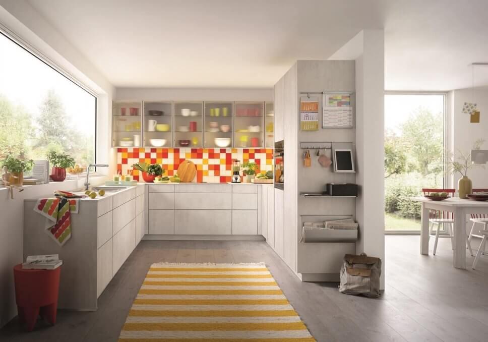 Moderne kleine Küche mit viel Stauraum