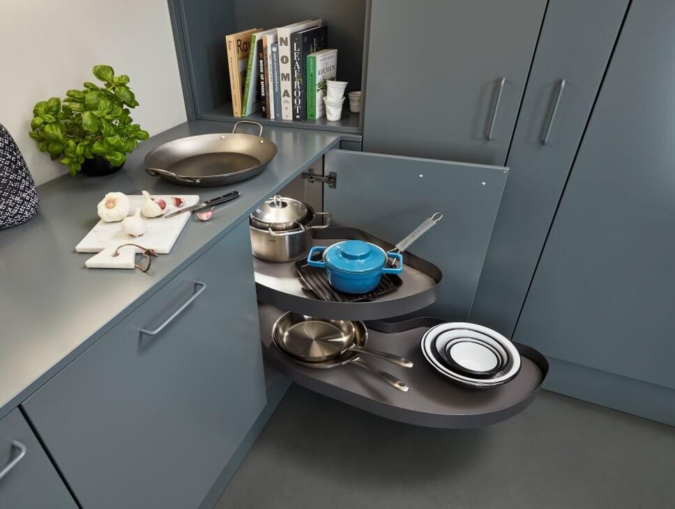 Moderne offene Küche mit Karussellschrank