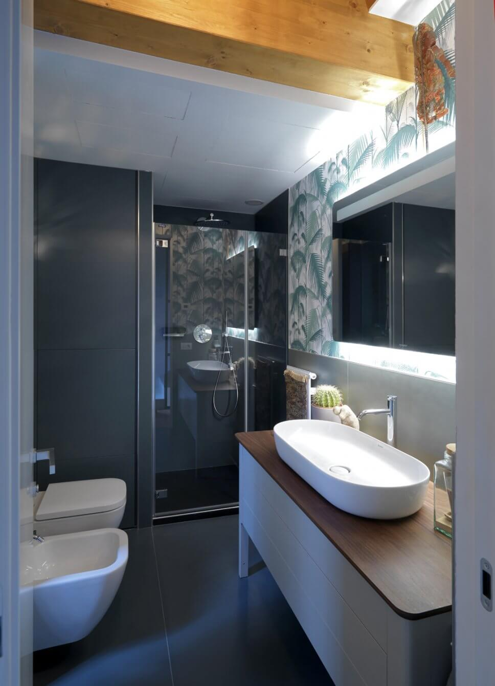 Modern eingerichtetes Badezimmer