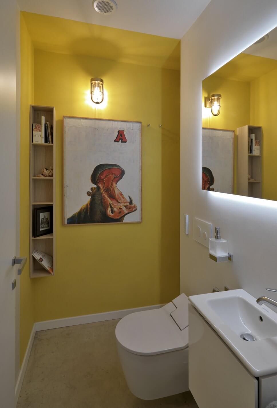 Modern eingerichtetes Badezimmer mit Dusch-WC
