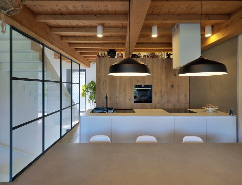 Modern eingerichteter Wohnraum mit Kücheninsel