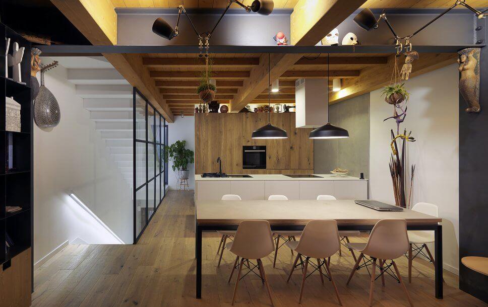 Modern eingerichteter Wohnraum mit Kücheninsel im Hintergrund