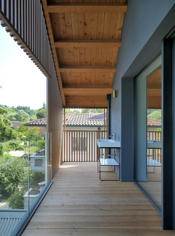 Modernes Waschbecken steht auf Balkon