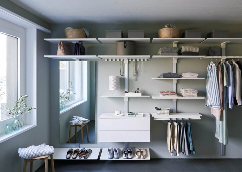 Modern eingerichteter begehbarer Kleiderschrank