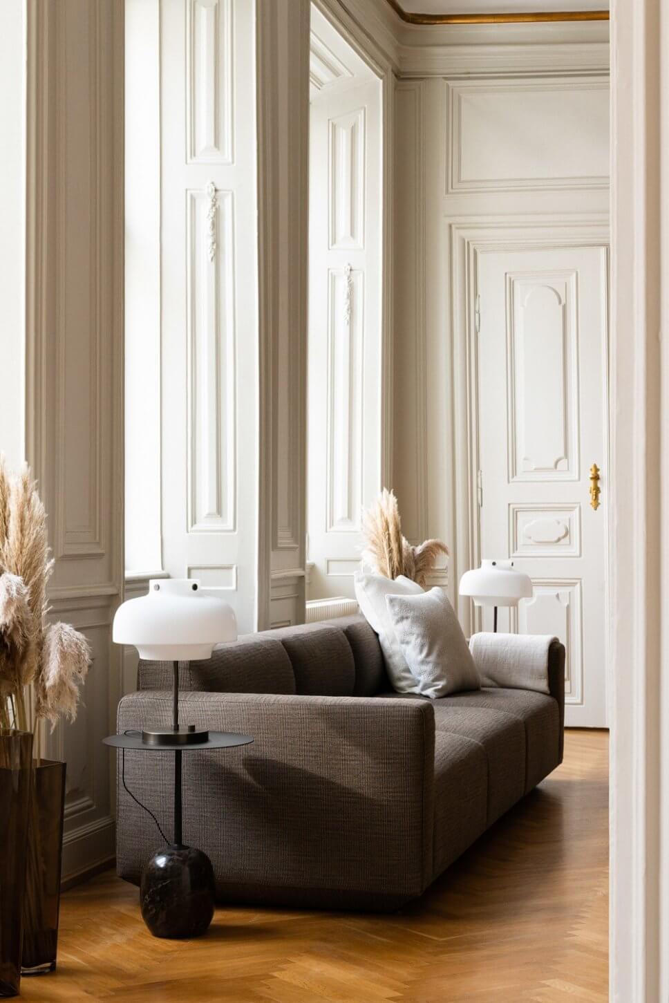 Mit skandinavischem Designermöbel modern eingerichtete Altbauwohnung