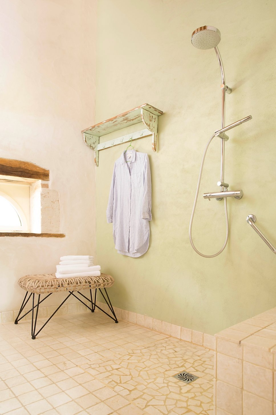 Farbenfroh und nostalgisch eingerichtetes Badezimmer in altem französischen Landhaus