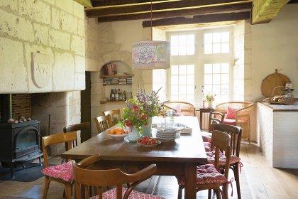 Farbenfroh und nostalgisch eingerichtetes Esszimmer in altem französischen Landhaus