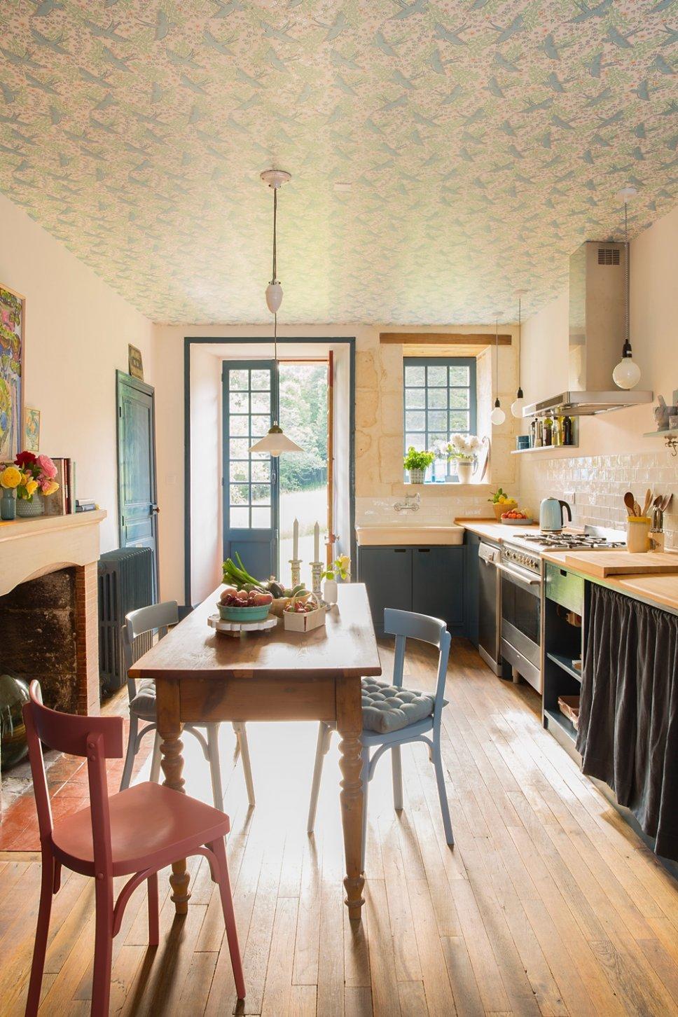 Farbenfroh und nostalgisch eingerichtete Küche in altem französischen Landhaus