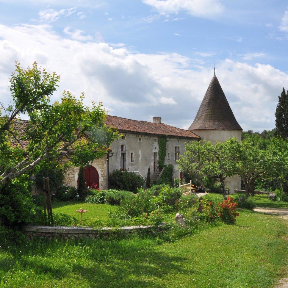 Altes französisches Landhaus mit Turm und Garten