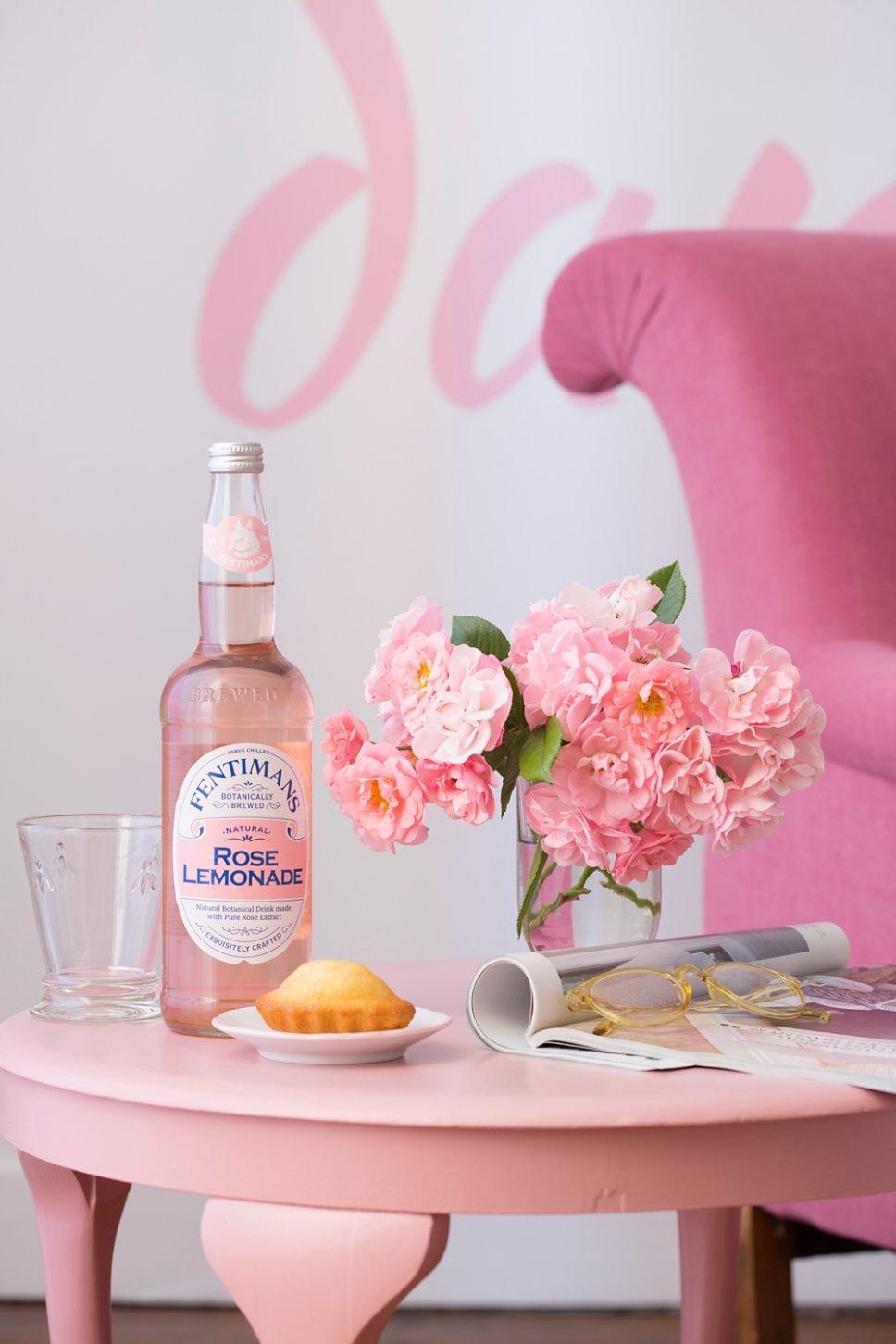 Rosa Tisch mit Limonade, Kuchen und Blumen in altem französischen Landhaus