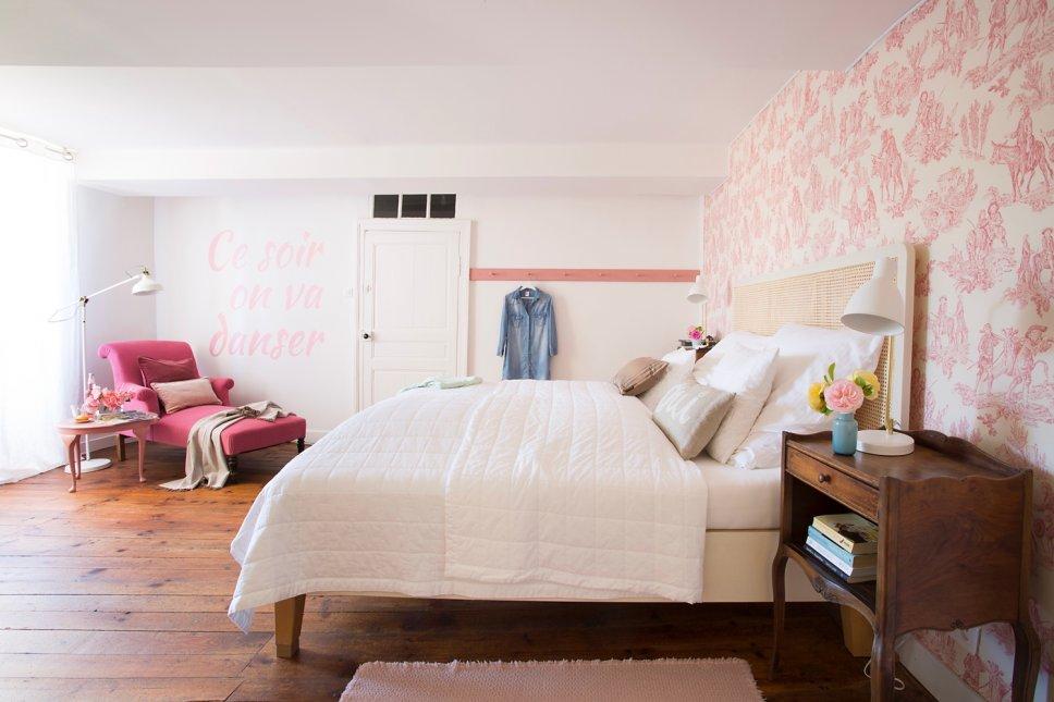 Farbenfroh und nostalgisch eingerichtetes Schlafzimmer in altem französischen Landhaus
