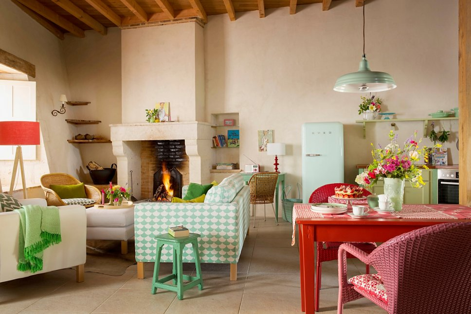 Farbenfroh und nostalgisch eingerichtetes Wohnzimmer in altem französischen Landhaus