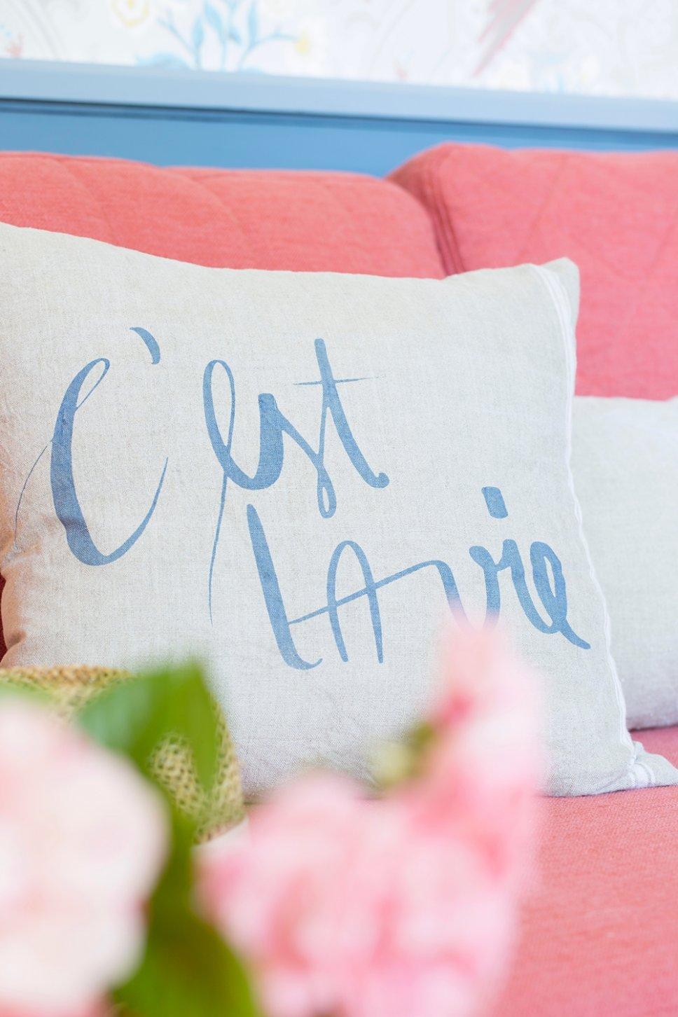 Farbenfrohe und nostalgische Kissen auf Sofa