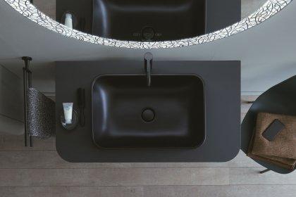 Modern eingerichtetes Badezimmer mit schwarzem Waschbecken